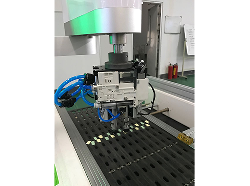 Four axle arm labeling machine